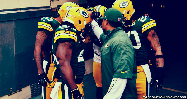 Packers special teams assistant Chad Morton gathers his players during pre-game warmups