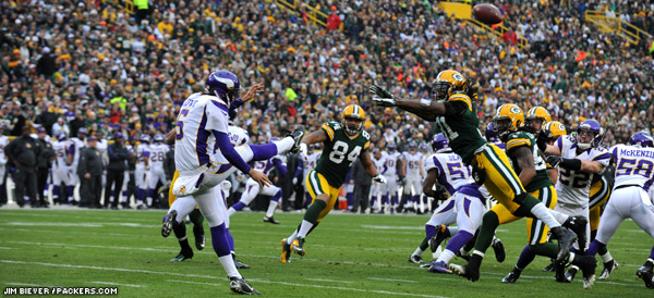 CB Davon House gets a piece of a Vikings punt